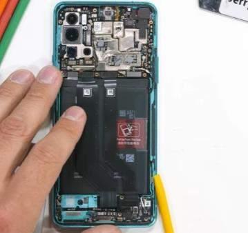 一加8T拆机视频曝光,内置2块电池和大量导热膏