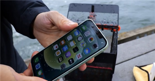 iPhone11/12防水测试对比:水下半小时无异常