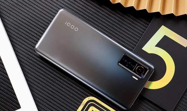 iQOO5真机图赏:iQOO5超能竞速的皓影和星溯