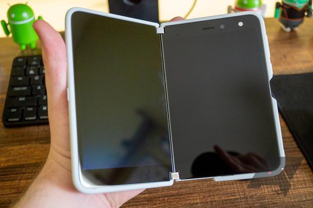 微软Surface Duo真机开箱图赏,铰链设计更吸睛!